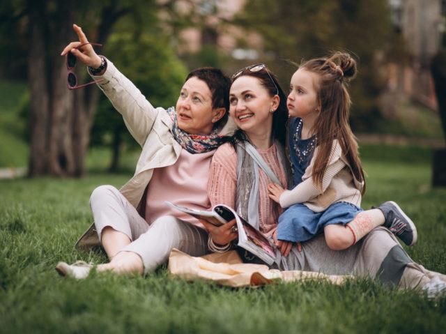 NUEVA-Catarata-e1561171081702-640x479 Grandmother mother daughter in park picnic
